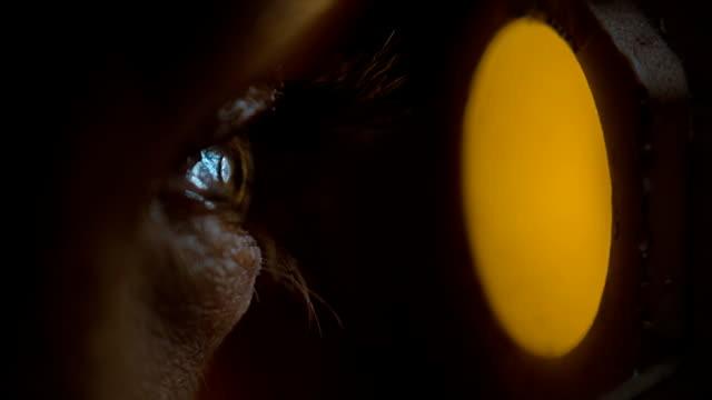 nahaufnahme auge sieht durch das guckloch - spion stock-videos und b-roll-filmmaterial
