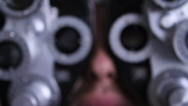 vidéos et rushes de examen ophtalmologique et patient au cabinet médical - réfracteur