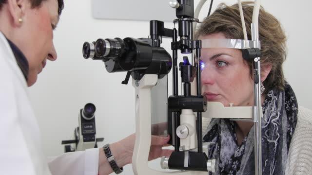 スリッ トランプと目の試験 - 検眼医点の映像素材/bロール