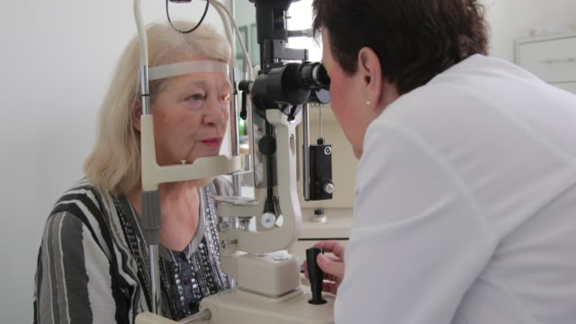 Eye exam with slit lamp video