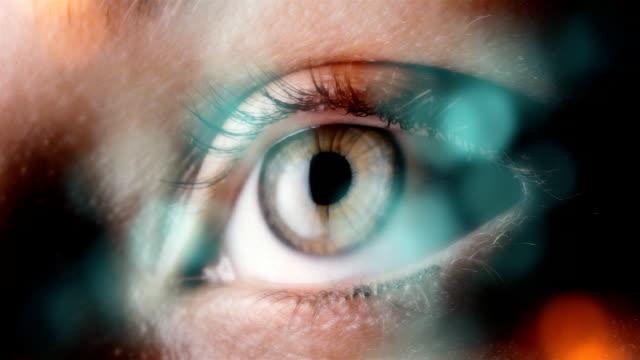 vídeos de stock e filmes b-roll de olho extremo close-up - piscar