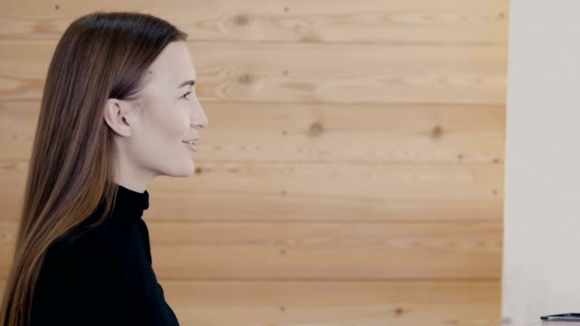 stockvideo's en b-roll-footage met oog make-up vrouw oogschaduw poeder toe te passen. mooie vrouw gezicht. perfecte make-up. beauty beli parfum mode. wimpers. cosmetische oogschaduw. close-up van slow motion - ooglid