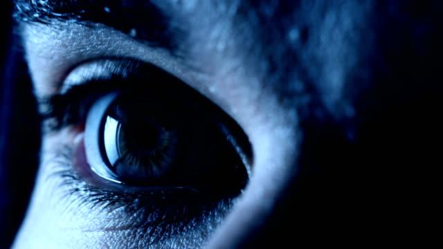 ögat av en man som öppettider: rädsla, terror, fara-makro - fruktan bildbanksvideor och videomaterial från bakom kulisserna