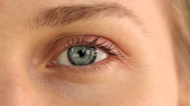 vídeos de stock e filmes b-roll de eye of a young girl. macro - sobrancelha