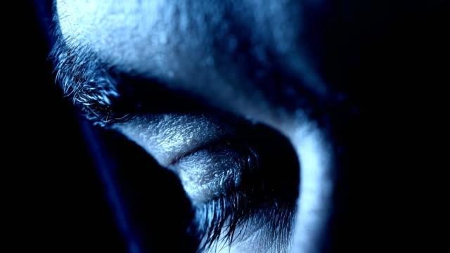 stockvideo's en b-roll-footage met oog van een jonge man die in het donker-macro te openen - ooglid