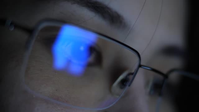 brillen, die auf der suche - brille stock-videos und b-roll-filmmaterial