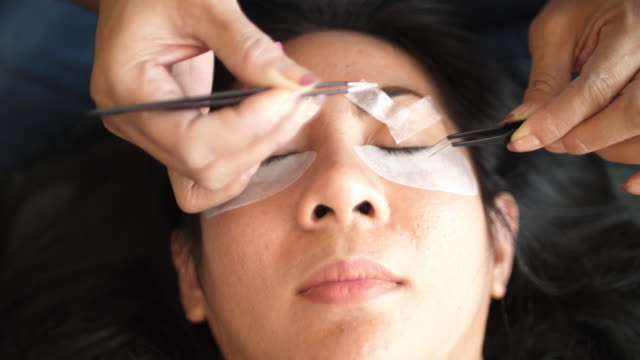vídeos de stock e filmes b-roll de eyelash extension procedure - cílio