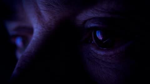 vídeos de stock e filmes b-roll de eyes close up connected to the world through a monitor - escuro
