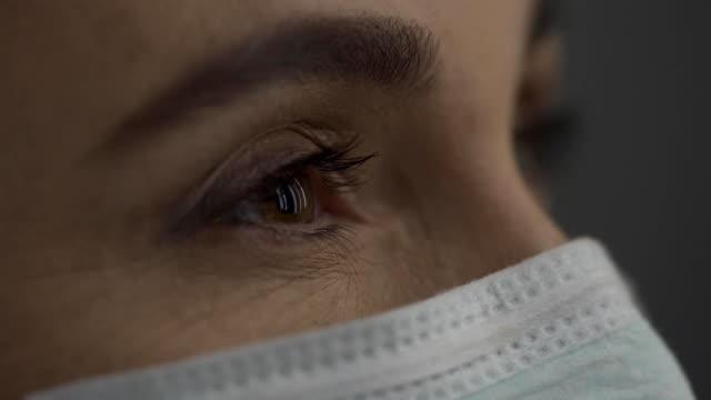 глаза врача женщины средних лет. вид со стороны - близко к стоковые видео и кадры b-roll