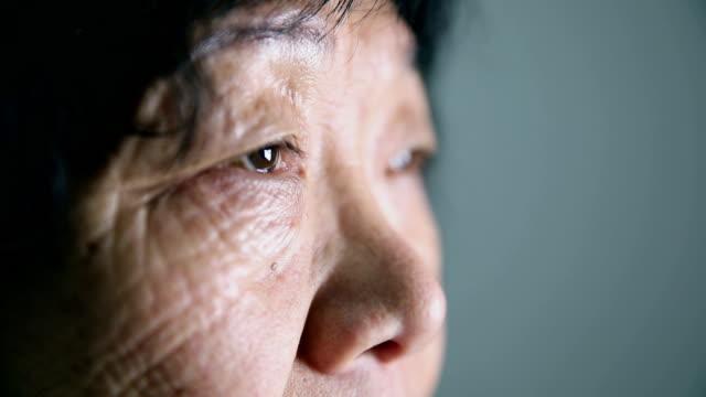 yaşlı bir kadının gözleri - sert kavramlar stok videoları ve detay görüntü çekimi