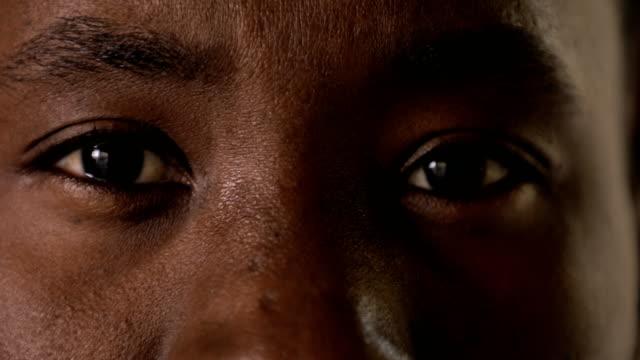ögon av afrikanska mannen närbild - male eyes bildbanksvideor och videomaterial från bakom kulisserna