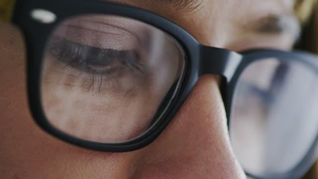 brillen mit objektiven mit digitalen auge belastung reduzierenden funktionen - brille stock-videos und b-roll-filmmaterial