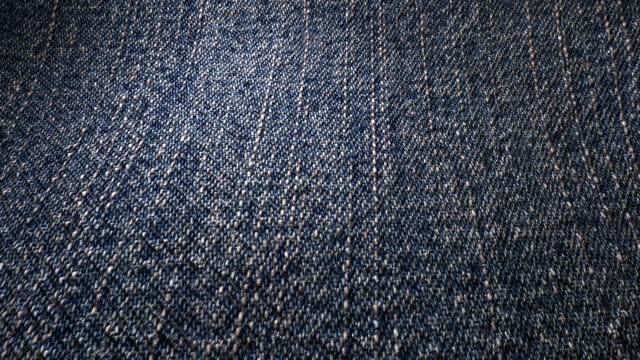 tkanina denim tekstura tło waveing - dżinsy filmów i materiałów b-roll