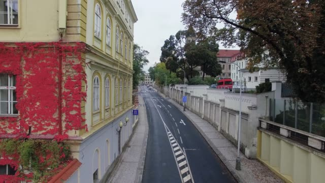 vídeos de stock e filmes b-roll de facade of a beautiful house with red ivy and road with cars - ivy building