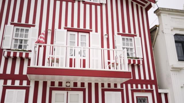vídeos de stock e filmes b-roll de facade of colorful buildings - aveiro