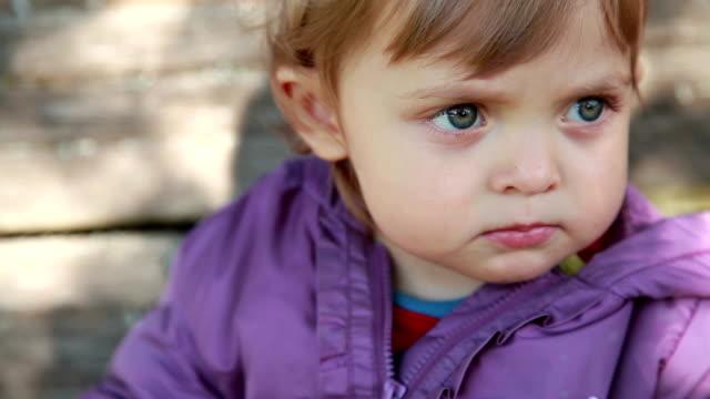 vídeos y material grabado en eventos de stock de primer plano de la cara de un bebé poniendo el dedo en los labios - dedo sobre labios