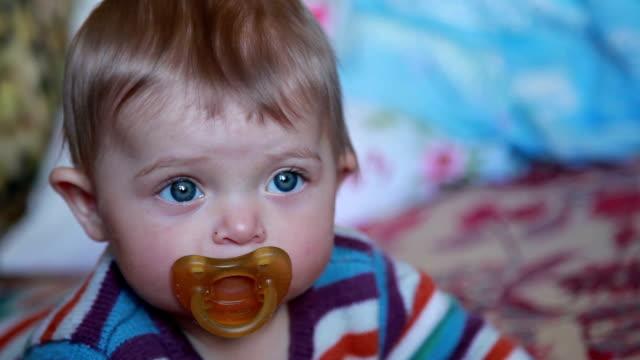 vídeos de stock, filmes e b-roll de close do rosto de um bebê com chupeta - bico