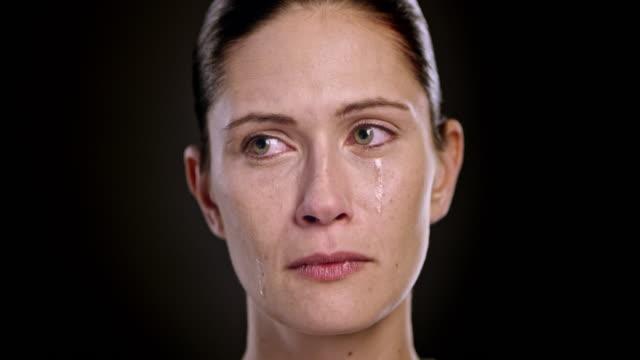 volto di una giovane donna caucasica piange - strillare video stock e b–roll