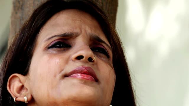 Gezicht van een huilende jonge Indiase etniciteit video