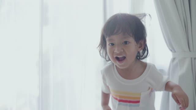 stockvideo's en b-roll-footage met gezicht van een gelukkige aziatische jongen - sober leven