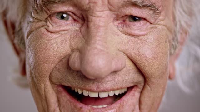 ansikte av en skrattande senior kaukasiska man - age bildbanksvideor och videomaterial från bakom kulisserna