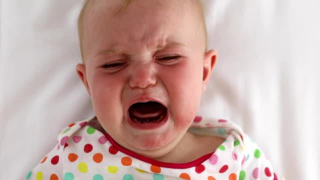 白い背景に泣いている赤ちゃんの顔 - 空白点の映像素材/bロール