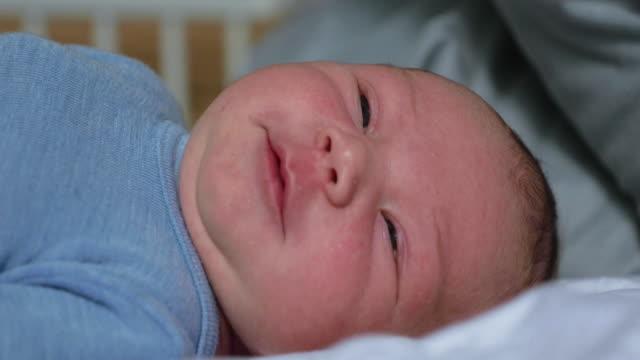 vidéos et rushes de visage du vieux bébé de jours - 0 11 mois