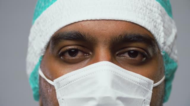 ansikte av läkare eller kirurg i skyddsmask video