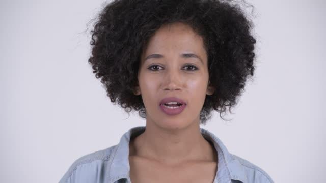 Rosto de jovem feliz mulher africana bonita - vídeo