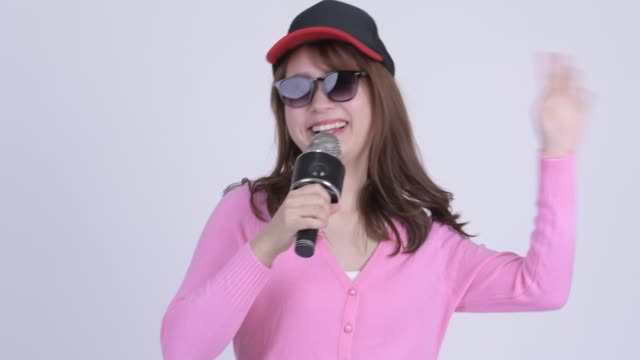 Rosto de jovem feliz mulher asiática nerd com microfone - vídeo