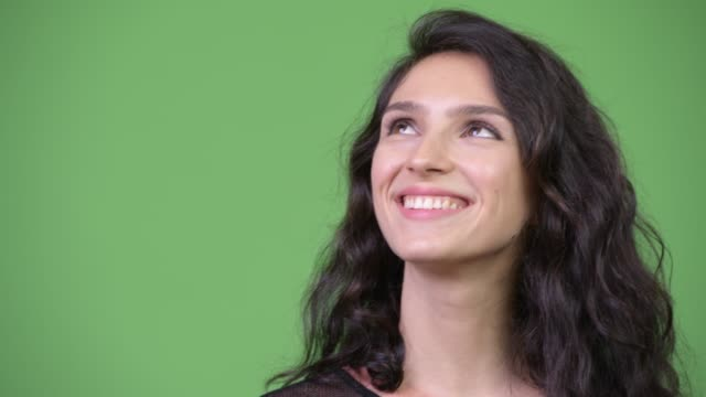 stockvideo's en b-roll-footage met gezicht van gelukkige jonge mooie vrouw denken - 25 29 jaar