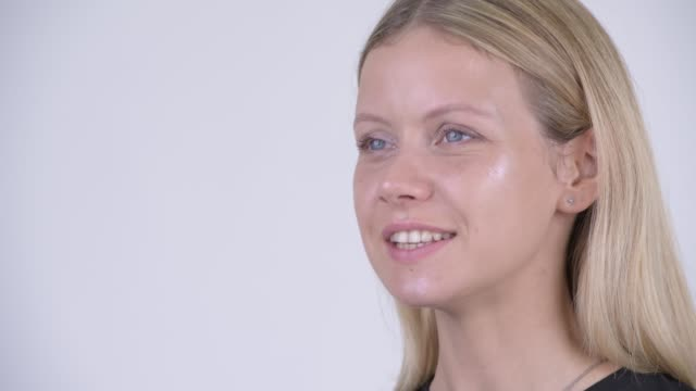 Rosto de jovem feliz mulher bonita com cabelos loiros - vídeo