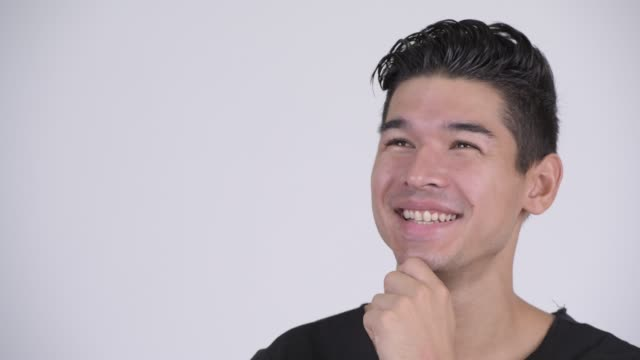 Rosto de feliz jovem bonito homem multiétnico pensando - vídeo