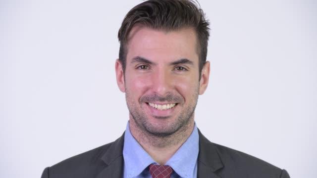 Face do homem de negócios latino-americano novo feliz no terno - vídeo