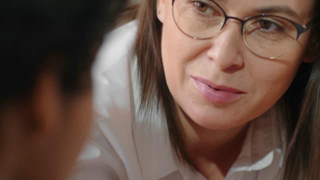 vídeos y material grabado en eventos de stock de cara de psicólogo hablando con adolescente - profesional de salud mental