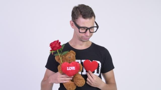 Face do homem triste do lerdo com os eyeglasses deprimidos para o dia do Valentim - vídeo