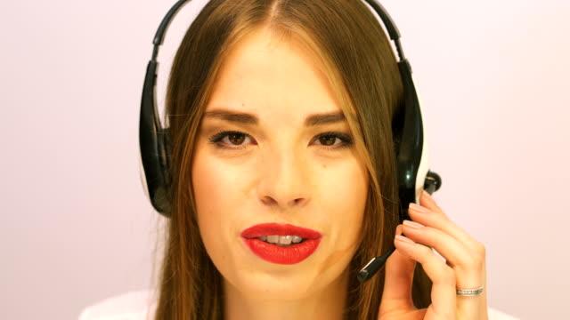 4k. gesicht der sexy lächelnden frau betreiber antwort anruf, blick auf die kamera. - kosmetik beratung stock-videos und b-roll-filmmaterial
