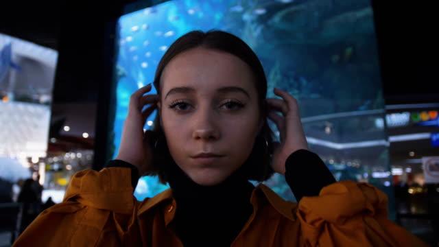 face of teenage girl in mall - modella negozio video stock e b–roll