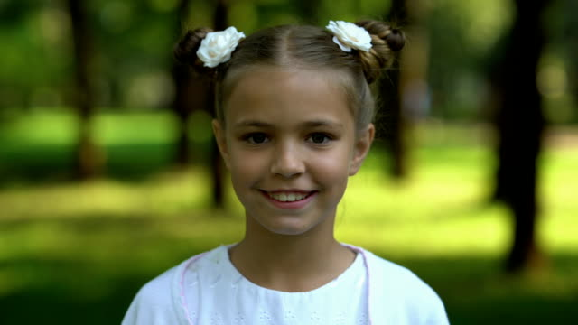 ansikte av ung flicka förändras till gumman, liv förgänglighet, åldrandet - age bildbanksvideor och videomaterial från bakom kulisserna
