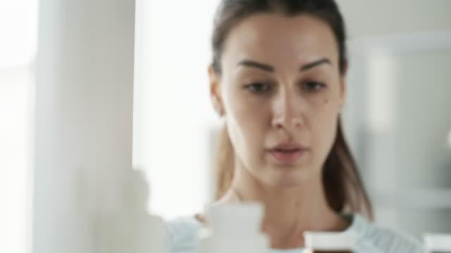 ansikte av ung kvinna piller - missbruk koncept bildbanksvideor och videomaterial från bakom kulisserna