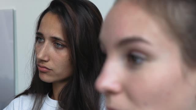 이야기는 두 젊은 여자의 얼굴 - 초점 이동 스톡 비디오 및 b-롤 화면