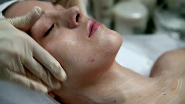 HD-CLIP HERUNTER: Gesichtsbehandlung – Video