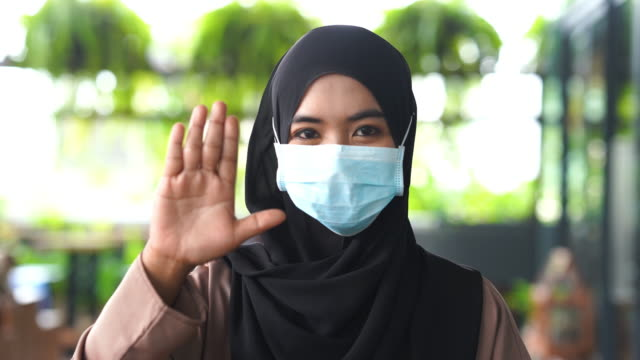 facial expression ,young asian muslim woman with surgical mask protection , stop , no , rejection , bad condition , cut out - gest stop filmów i materiałów b-roll
