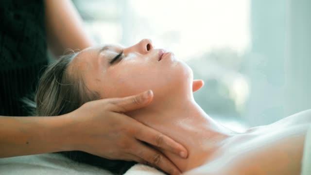 vídeos de stock e filmes b-roll de cu : facial massage of beautiful woman - tratamento em spa