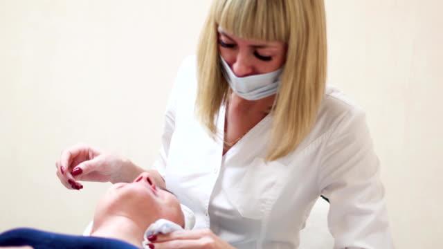 Gesichts-Peelings im salon – Video