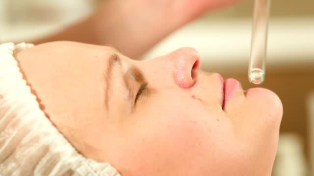 Gesichtsbehandlung Verfahren im beauty spa mit laser mit – Video