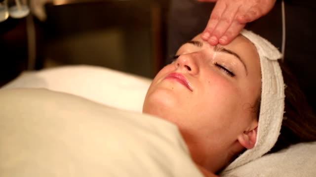 vídeos y material grabado en eventos de stock de máquina de vapor facial incline hacia abajo a cara - tratamiento de spa