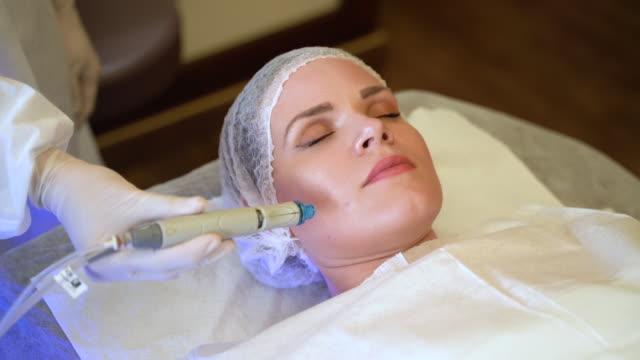 gesichtsbehandlungen für die dame - kosmetische behandlung stock-videos und b-roll-filmmaterial