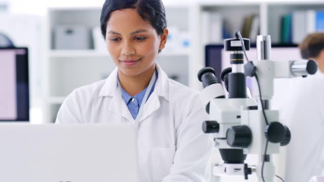 診断を行う前に、すべての彼女の発見を考慮 - 研究所点の映像素材/bロール