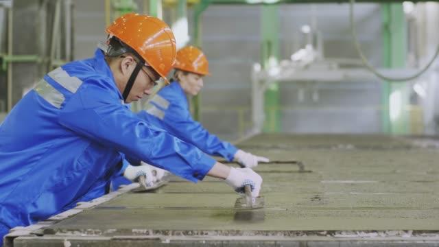 vídeos y material grabado en eventos de stock de panel de hormigón de nivelación de brigada de fábrica - brigada